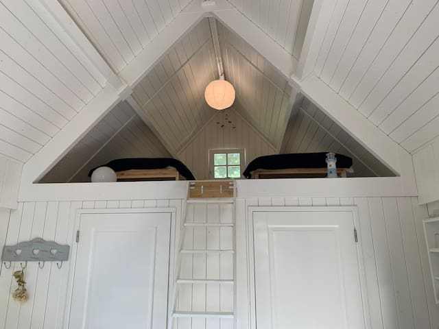 Dubbelhoge ruimte;  open verbinding met slaapkamer boven.