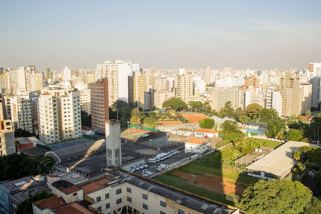 Vista ampla e luminosa para a cidade