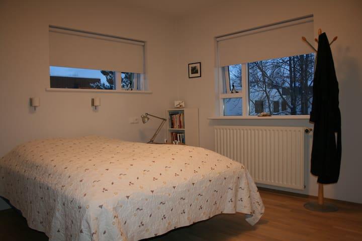 Cozy room close to city centre - Akureyri - Huis