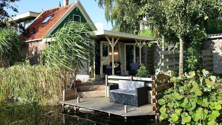 Zonnig buitenhuis bij het IJsselmeer!