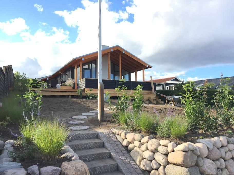 Huset ligger højt med en formidabel 180 graders udsigt.
