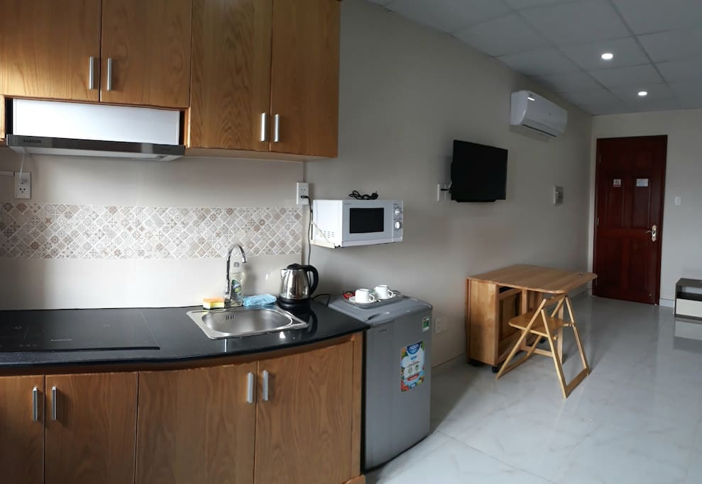 Fridge, microwave, kettle, foldable dining table and 4 chairs, cable TV and air conditioning