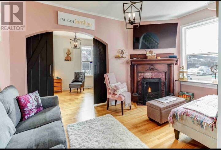 Bright/Beautiful Downtown Home with Deck & Parking