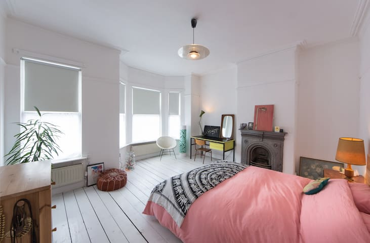 Beautiful light PRIVATE ROOM close to city centre - Manchester - House