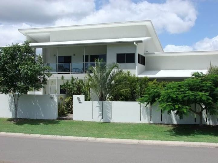 RIVERVIEW LUXURY APARTMENT. 1ST FLR. BURRUM HEADS