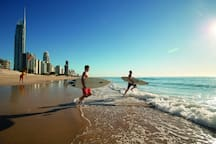 "Downstairs is the famous ""Surfers Paradise"" beach just walk 5 minutes 下楼走5分钟就是著名的""冲浪者天堂""沙滩"