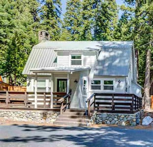 West Shore Cabin: Walk to Lake & Sunnyside