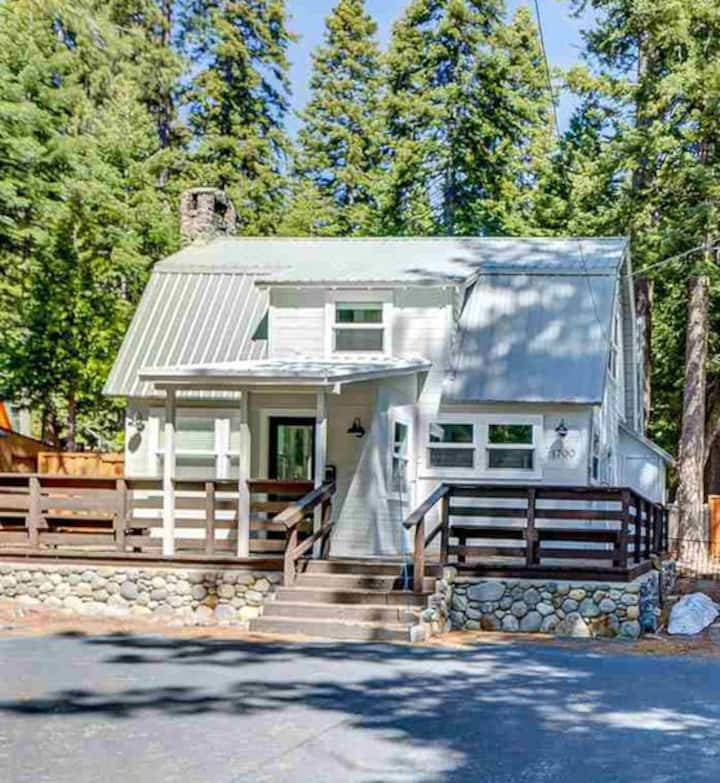 West Shore Cabin: Walk to Lake & Sunnyside