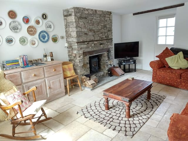 Spacious cottage by the river in Crickhowell