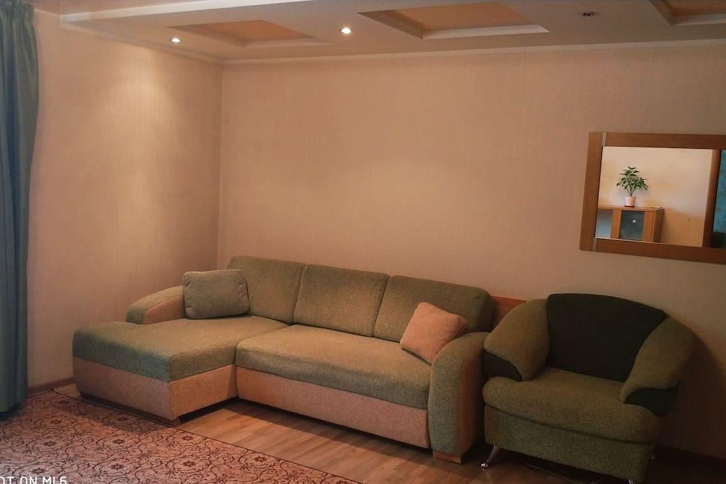 гостиная комната с диваном