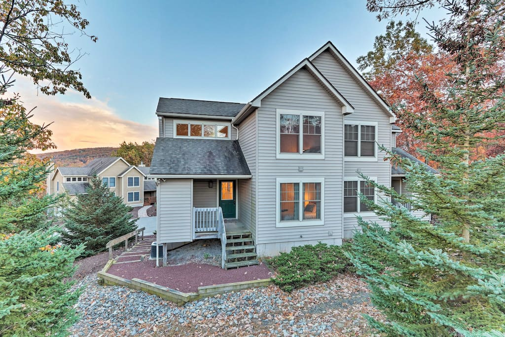 With over 1,000 square feet of living space and accommodations for 10, this property is perfect for your next family ski trip.