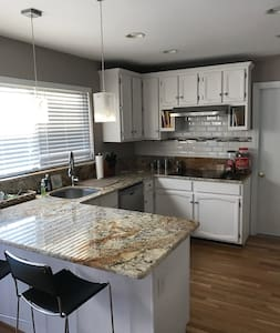 Private Room in SFH close to downtown Annapolis - Annapolis - House