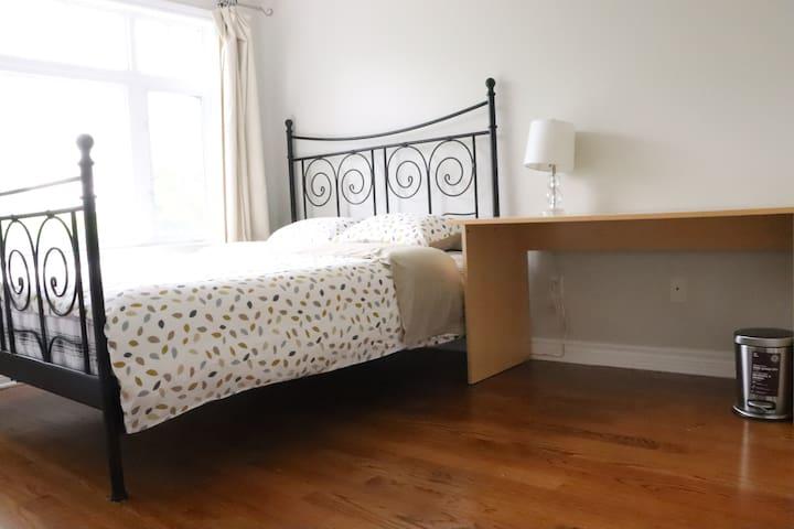 Cozy room/Queen Bed/free street parking/ez highway
