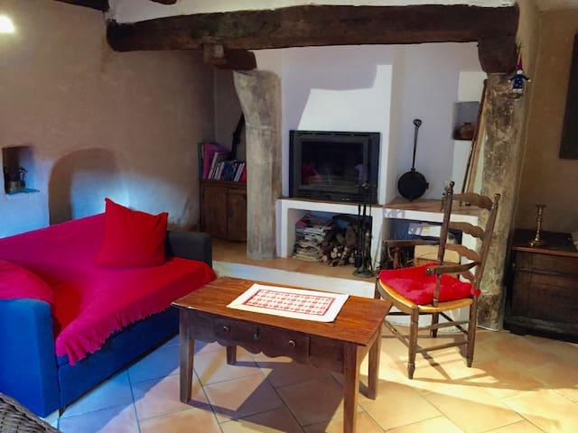 Dans Saint Guilhem, jolie maison avec terrasse