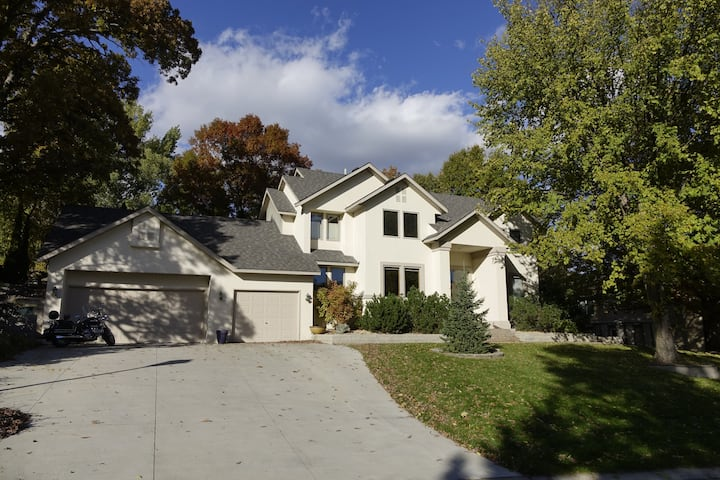 Modern home - two bedrooms - EZ access to I-35