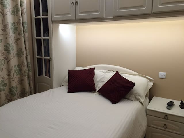 Clean double room with tv,wifi including breakfast - Oakington