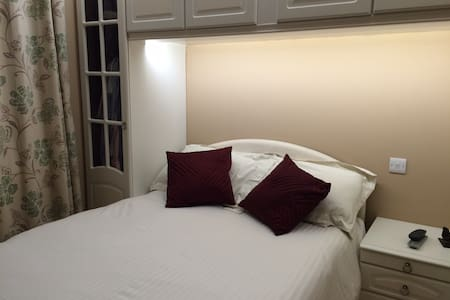 Warm clean cosy double room with tv,wifi,closets. - Oakington