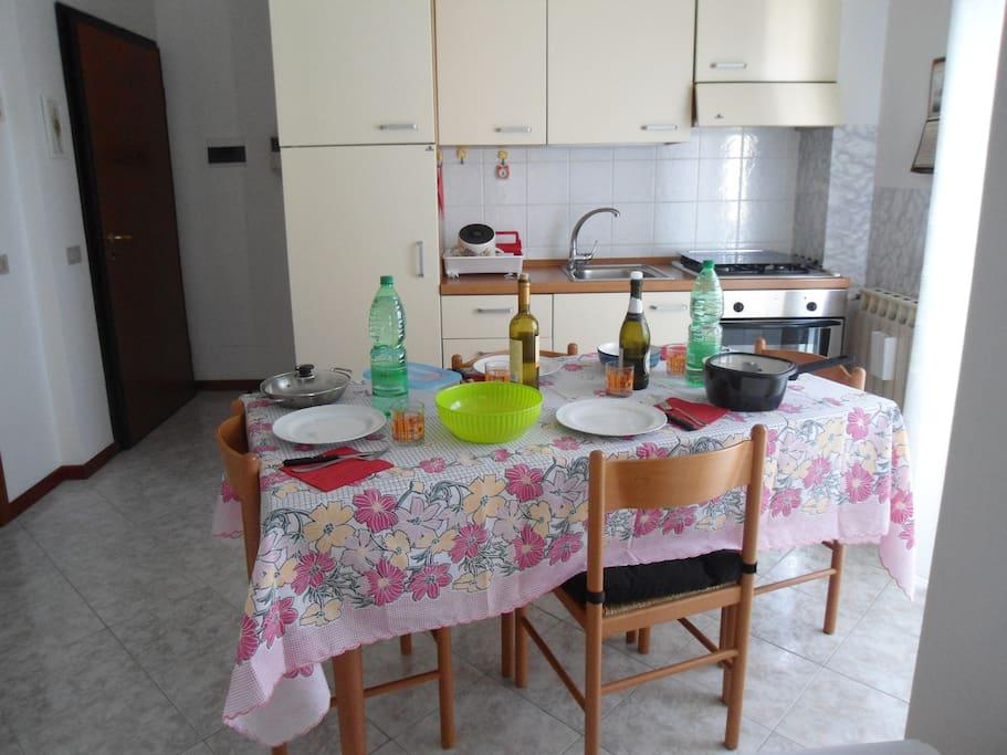 Soggiorno e Angolo cottura con tavolo allungabile e 4 sedie