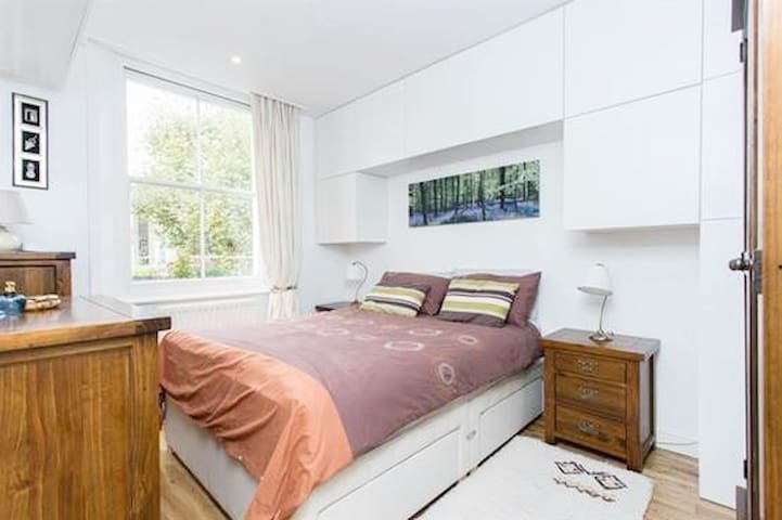 Bright double room in Modern Quiet flat