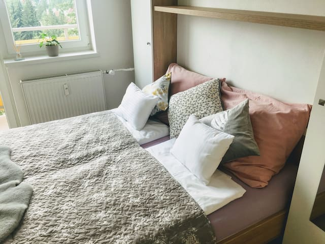 Spálňa číslo 2 (posteľ 160x200cm, skriňa, vešiak, stôl, taburetka, balkón s výhľadom na celú Banskú Bystricu)
