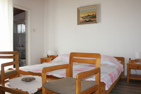 Affordable room Ana with shared kitchen nr. 2 - Krk - Bed & Breakfast