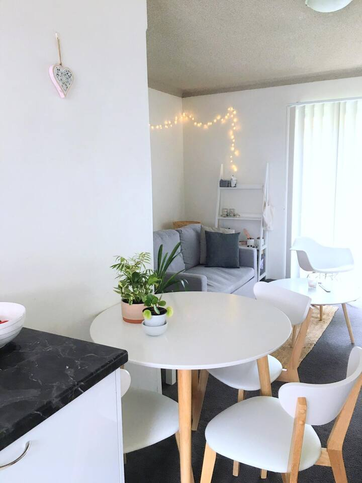 Fully Furnished 1Bed Apartment, 200m from beach!