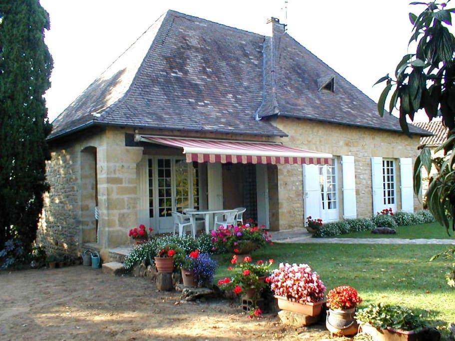 Vue de la terrasse avec salon de jardin