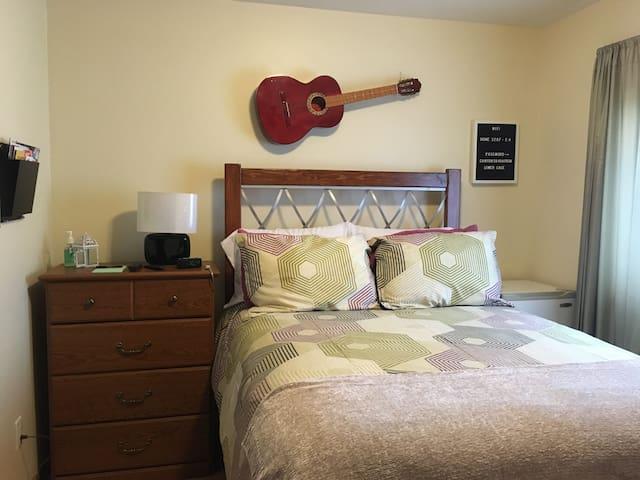 COZY BEDROOM WITH DOUBLE BED IN QUIET NEIGHBORHOOD