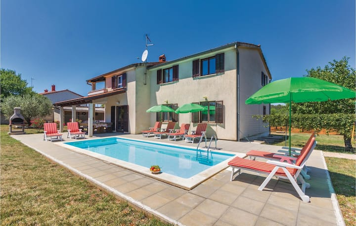 Stunning home in Porec with WiFi and 3 Bedrooms