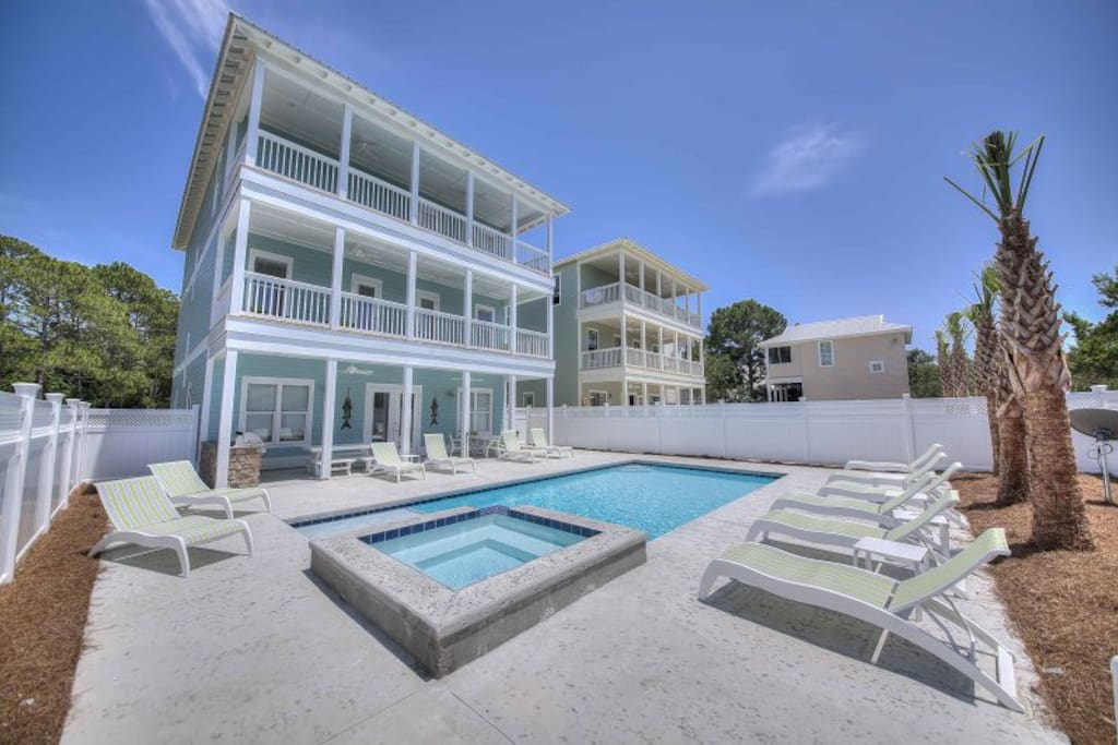 Seagrove Beach - View of the large pool deck with 12 very comfy lounging chairs