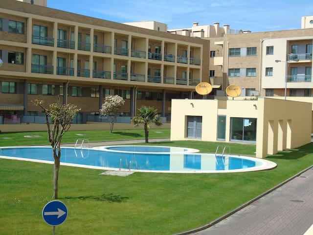 Condomínio fechado com piscinas.