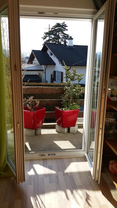 Chambre ensoleillée avec balcon