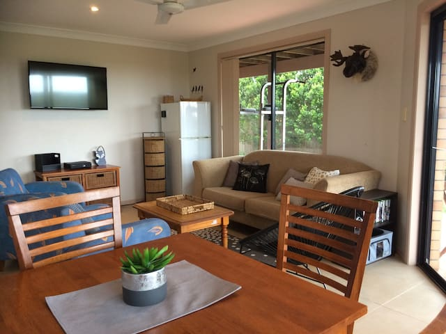 Bright and cheerful Ballina Heights granny flat. - Cumbalum - Huis