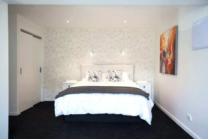 Modern studio with private entrance & self checkin