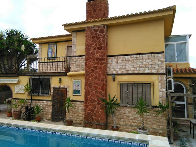 Chalet 15 minutos de Valencia  piscina  y wifi