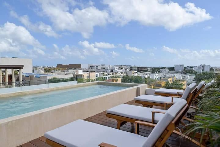Upscale 1 BR condo, with rooftop pool & gym.