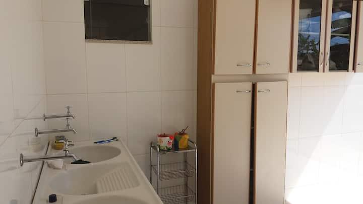Casa ampla arejada. Com 4 suítes.  Sala e cozinha