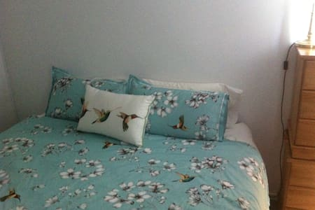 Private room with king bed in Maidstone - Maidstone - Complexo de Casas