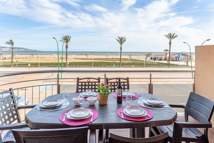Apartment with sea view and located directly on the promenade of Empuriabrava