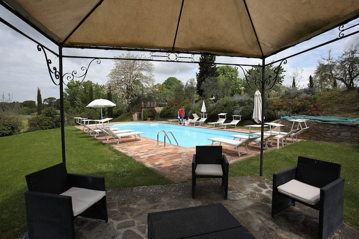 Private villa with pool close to Cortona