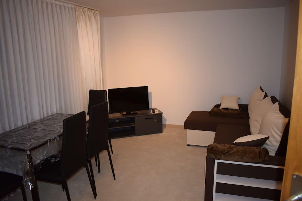 Wohnzimmer mit Schlafsofa,Flachbild-TV, Gratis W-Lan