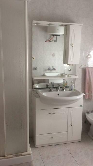 Bagno con doccia bidet e lavabo