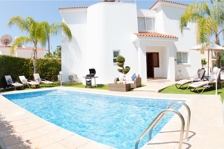 Villa Haven - Perfectly located Villa with BBQ, WIFI and UK channels. Only 500 meter from the Coral Bay Strip