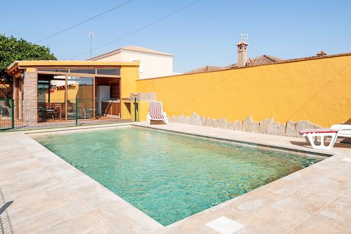 Ruhiges Chalet Chiqui mit Pool, Terrasse, Garten, WLAN und Klimaanlage; Parkplätze vorhanden, Haustiere erlaubt