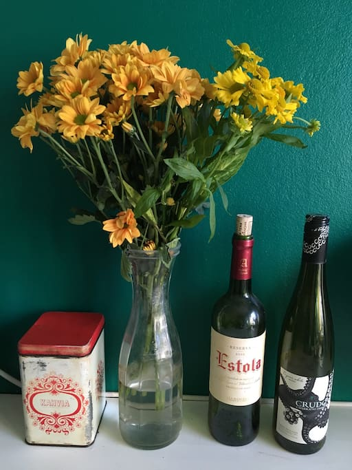 Coffee, flowers and wine -deco in the kitchen.
