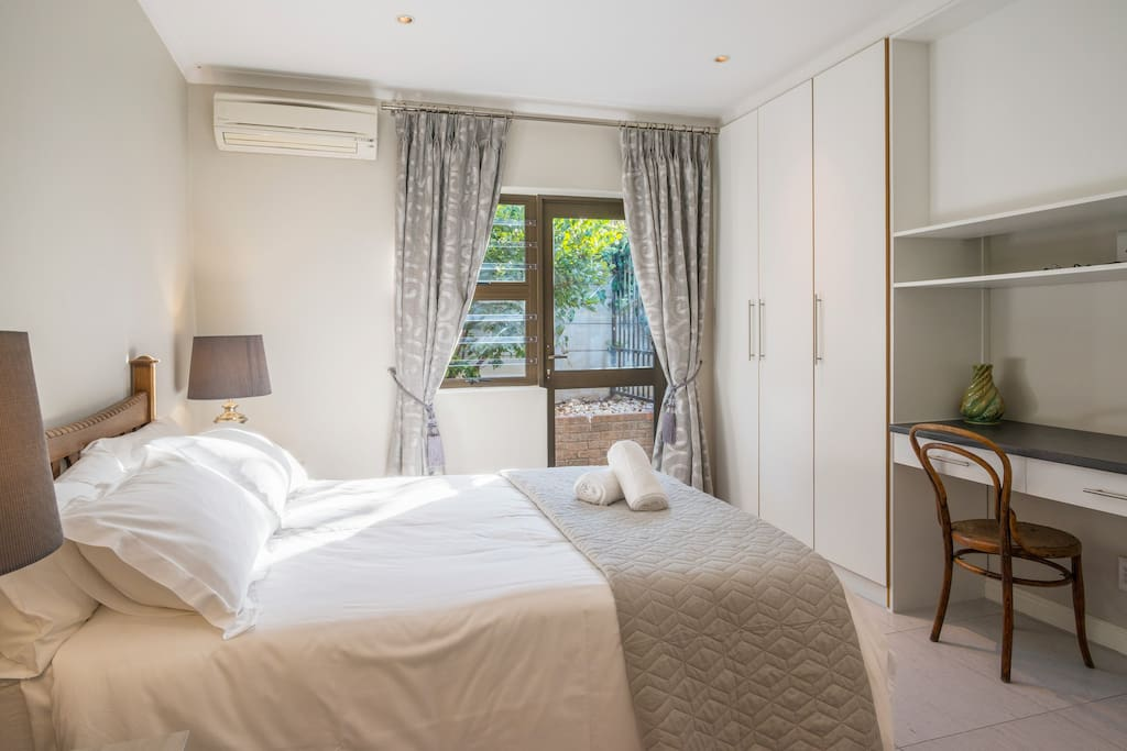 @7PillarsBnB - Room Pinot: Air conditioned, double bedroom