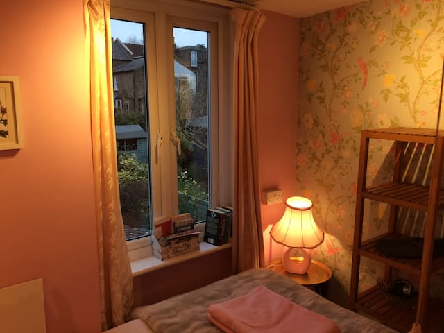 Tiny cute quiet room - next to public transport!