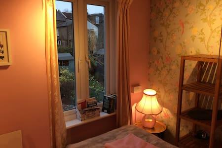 Tiny cute quiet room - next to public transport!