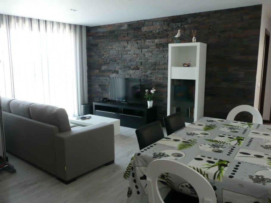 Salle à manger pour 6 personnes avec canapé-lit