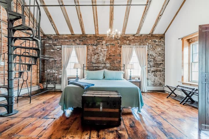 1 BR/1 BA Loft Condo in the Heart of The Old Port!
